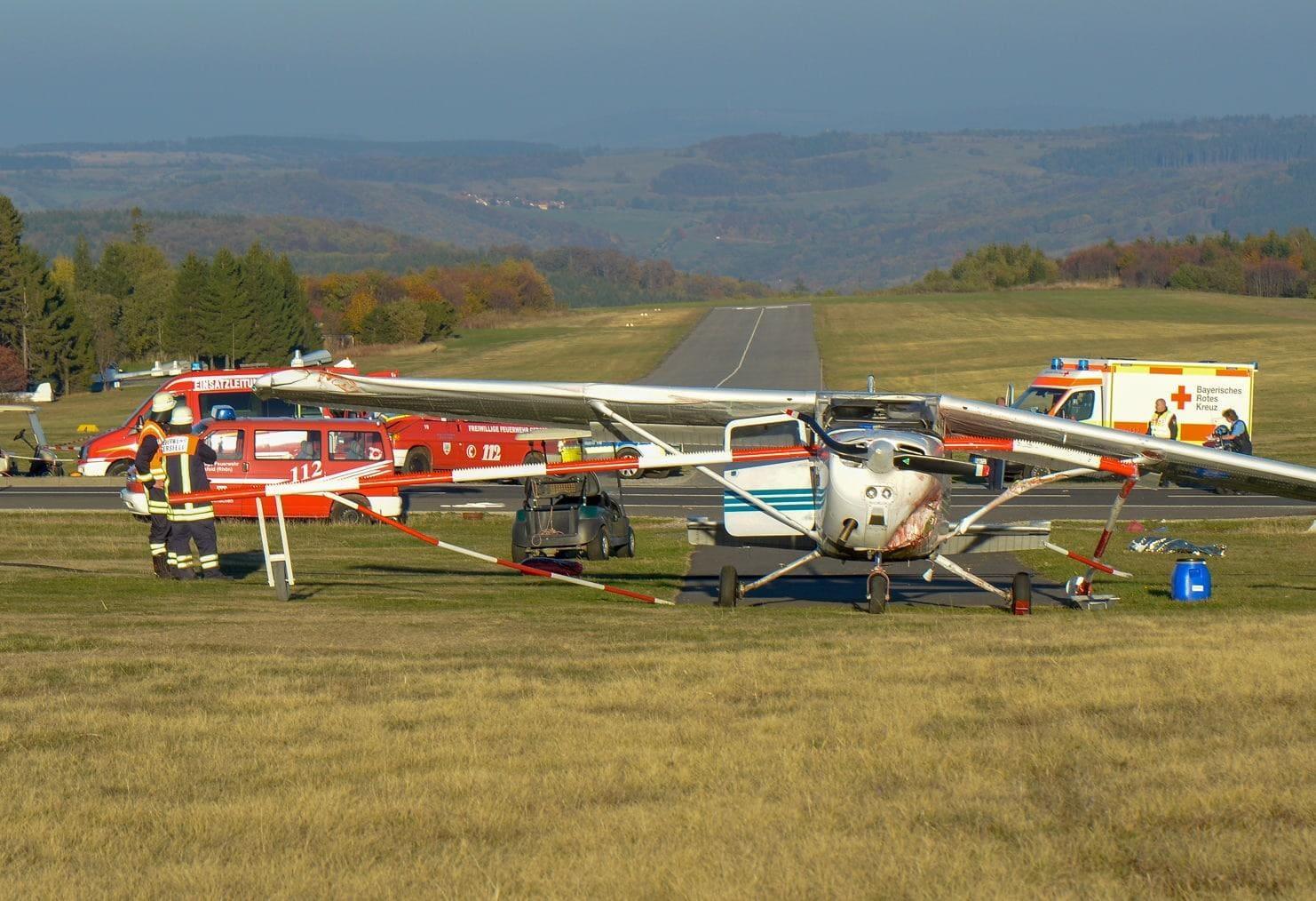 <p>Auch Stunden nach dem Unglück liegen die drei Leichen noch abgedeckt am Boden. Einige Meter weiter steht ein weißes Kleinflugzeug vom Typ Cessna auf einer Wiese. Es ist vorne links verbeult
