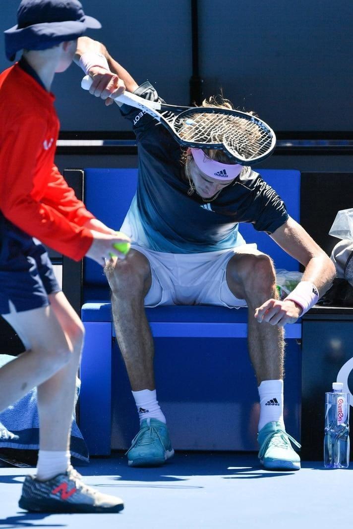 <p>Neunmal drosch er seinen Tennisschläger voller Zorn auf den Betonboden vor seiner Bank.</p> Foto: AFP/Paul Crock