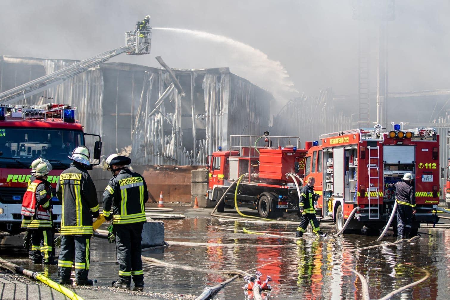 <p>Ein Großbrand auf einem Recyclinghof in Bönen nahe Dortmund hat vier Lagerhallen völlig zerstört und die Feuerwehr aus der gesamten Region zwei Tage lang in Atem gehalten.</p> Foto: dpa