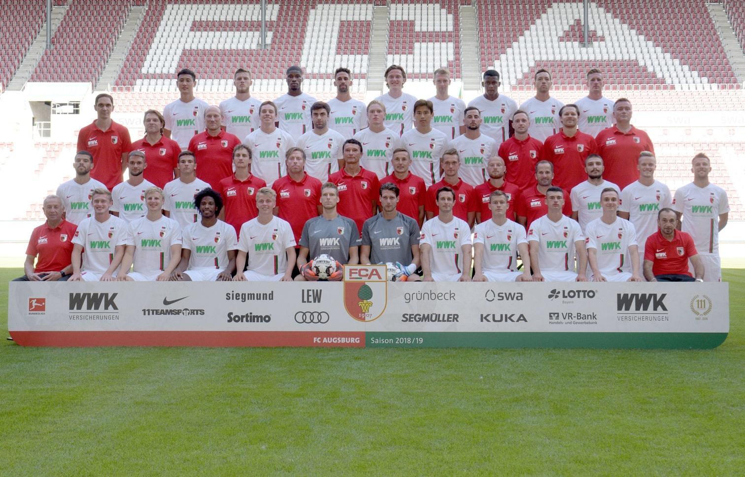 <p>Aufgestiegen in die Bundesliga läuft Fortuna in Rot auf den Platz mit dickem dominierenden weißen Balken in V-Shape auf der Brust