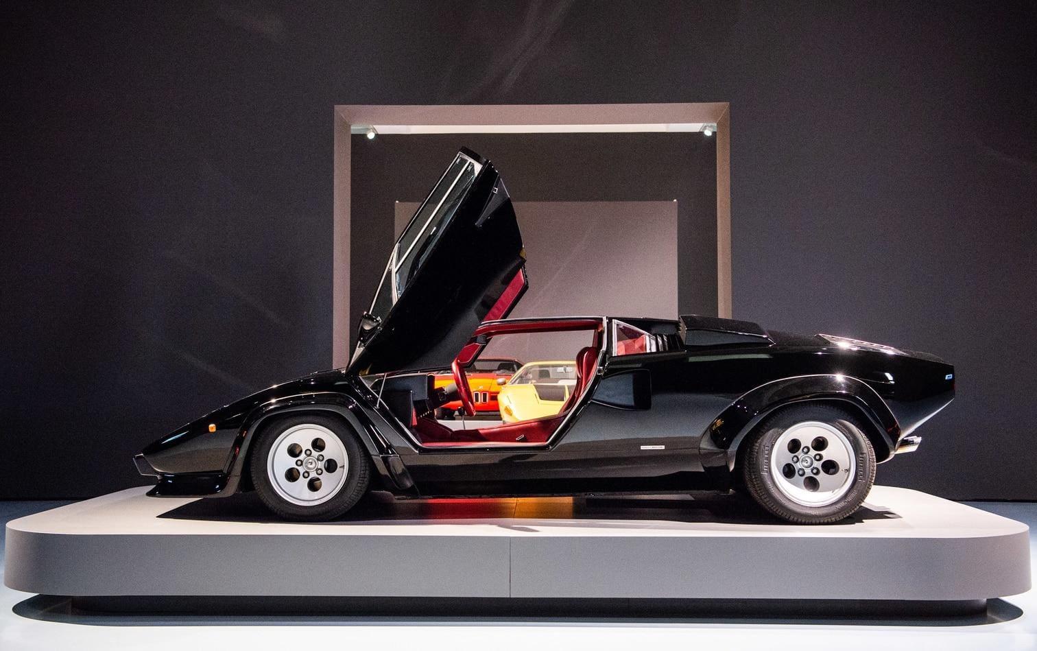 <p>Im Mittelpunkt stehen der ästhetische Blick und die Design-Geschichte der schnellen Wagen.</p> Foto: Christophe Gateau / dpa