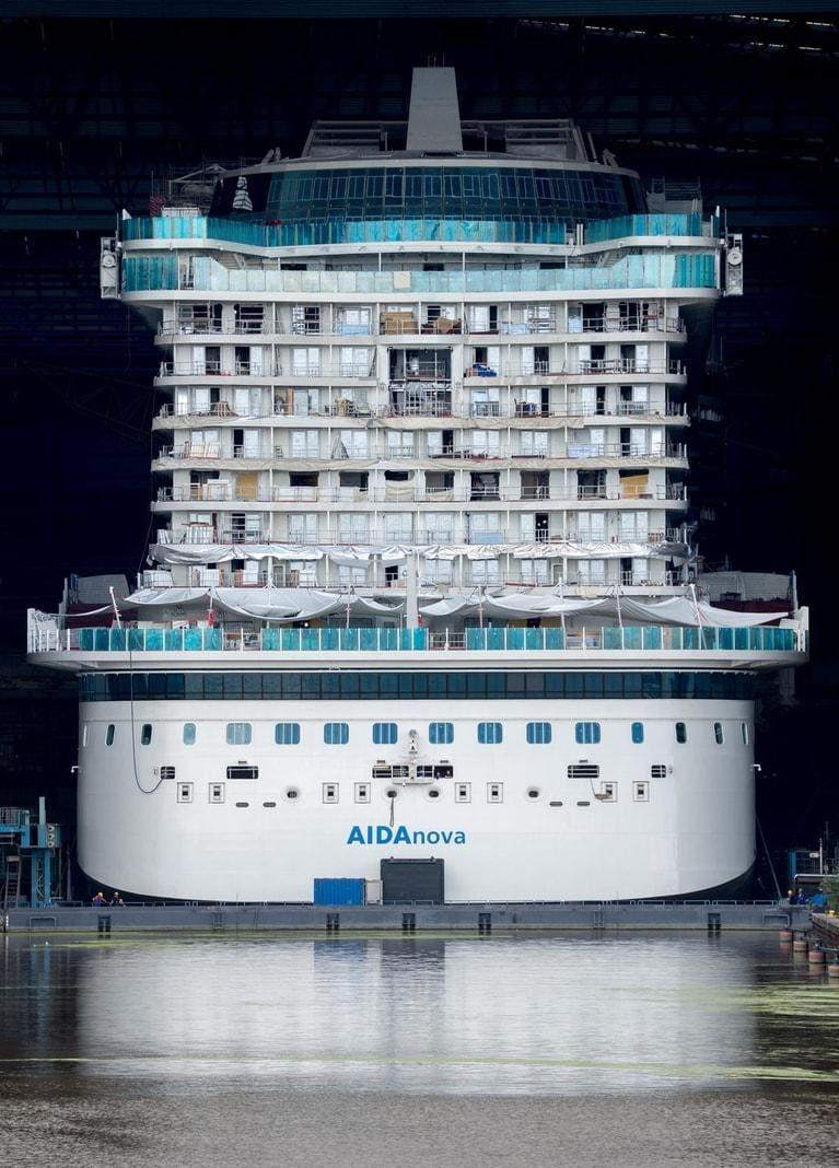 <p>Zuvor war auf dem Gelände der Meyer Werft am Freitagabend das erste mit Flüssiggas betriebene Kreuzfahrtschiff von Aida Cruises