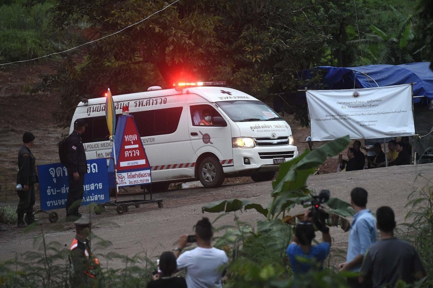 <p>Bei der Rettungsaktion für die in einer thailändischen Höhle eingeschlossene Fußballmannschaft haben die ersten zwei Jungen die Höhle verlassen. </p> Foto: AFP
