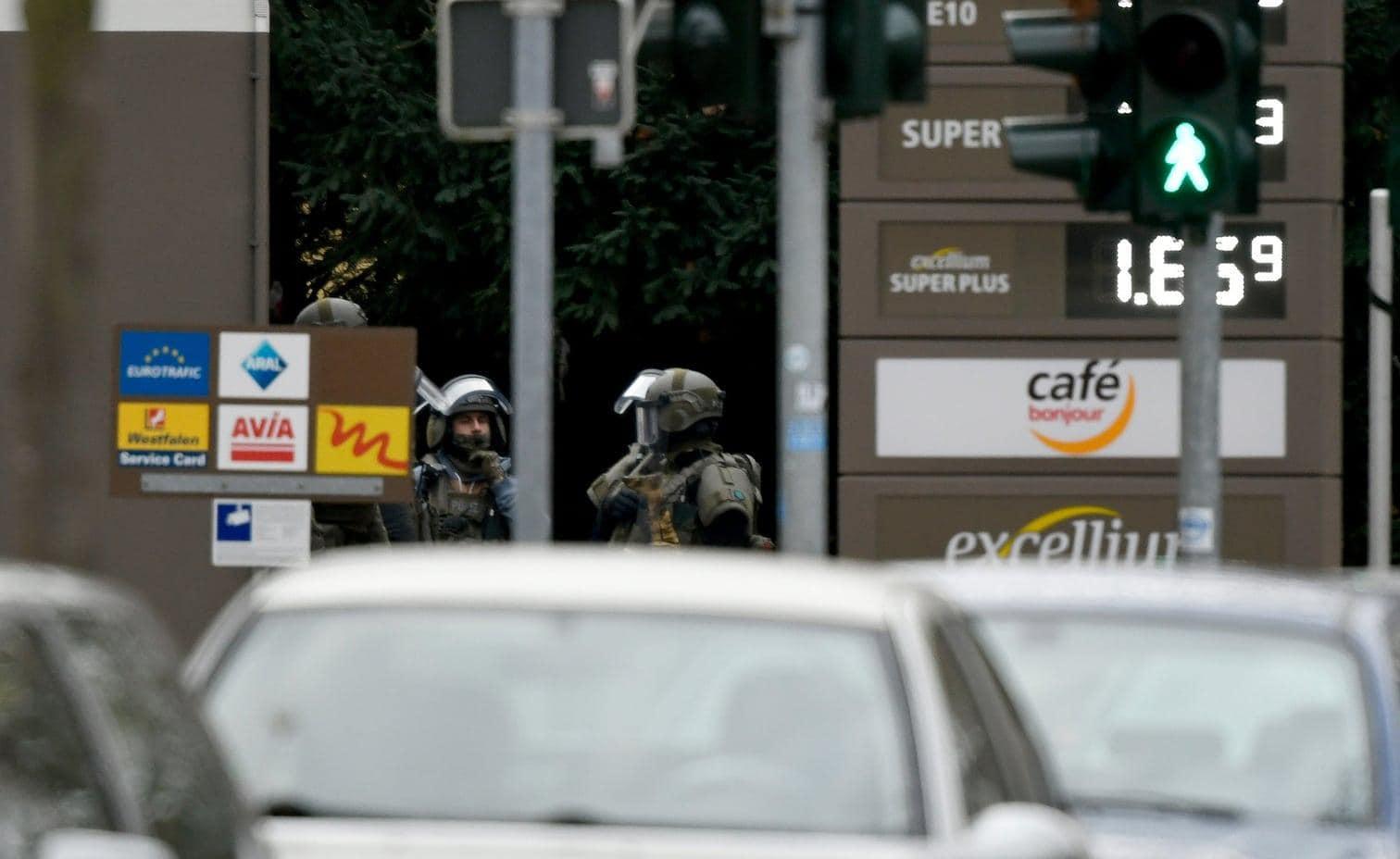 <p>Ein Mann hat eine Tankstellenmitarbeiterin in Bochum stundenlang mit einer Pistole in seiner Gewalt gehalten. Die 54-Jährige konnte am Montagvormittag flüchten