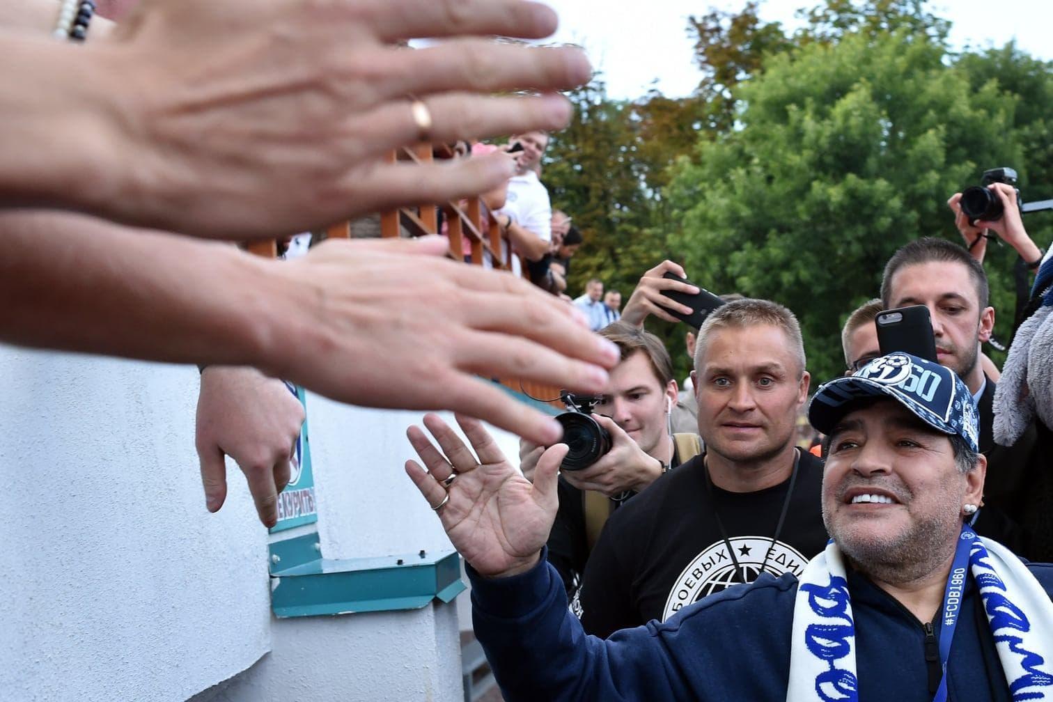 <p>Diesen dicken Klunker bekam Maradona zum Einstand geschenkt.</p> Foto: AFP