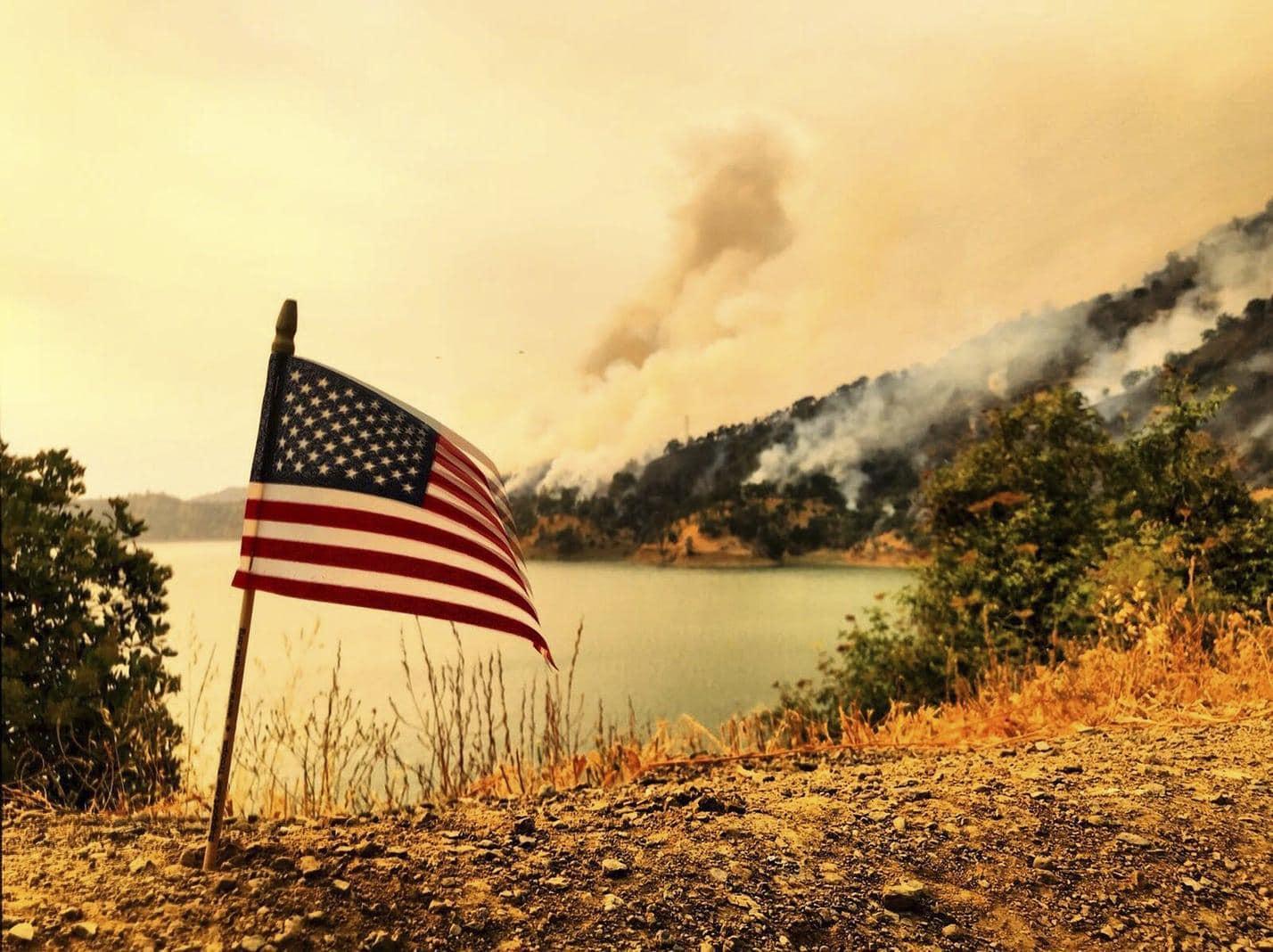 <p>In der Nähe von Los Angeles entstand am Samstag auf einem steilen Bergabhang oberhalb von Burbank ein Brand und Hubschrauber entluden Wasser