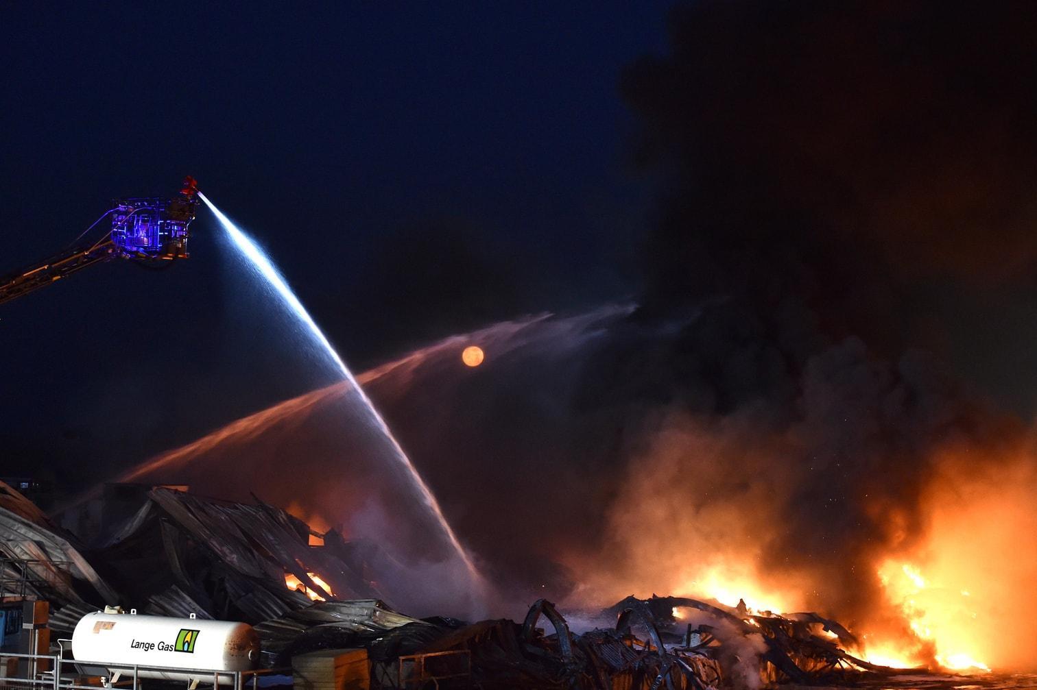 <p>Ein Betrieb in einem Gewerbegebiet geht in Flammen auf. Für die Bewohner von Lippstadt hält das Feuer eine böse Überraschung bereit. Über ihrer Stadt schwebt eine giftige Wolke</p> Foto: dpa