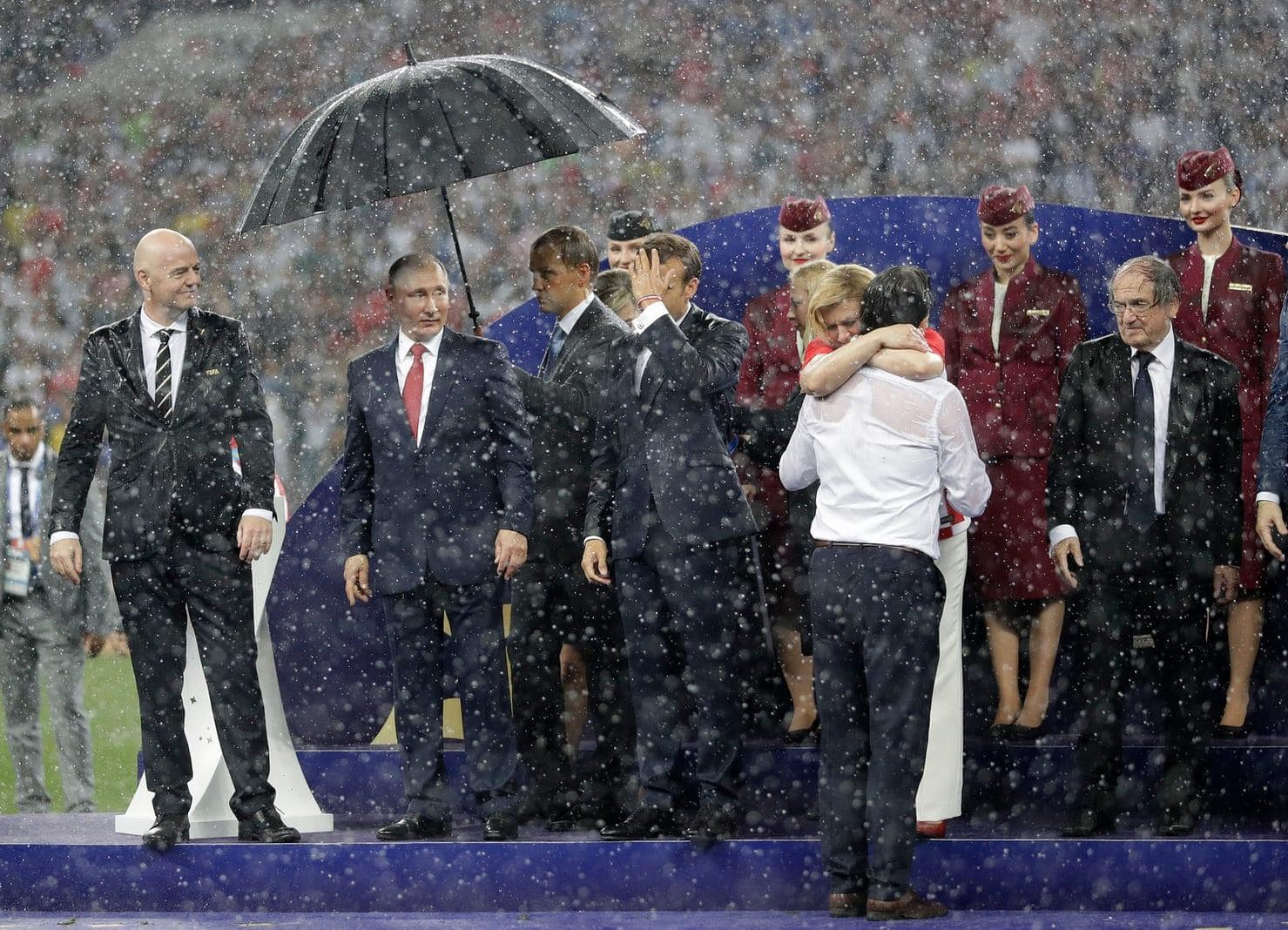<p>Bei sintflutartigen Regenfällen wird bei der Siegerehrung im Moskauer Luschniki-Stadion lediglich der Kremlchef Wladimir Putin mit einem Schirm geschützt.</p> Foto: AFP