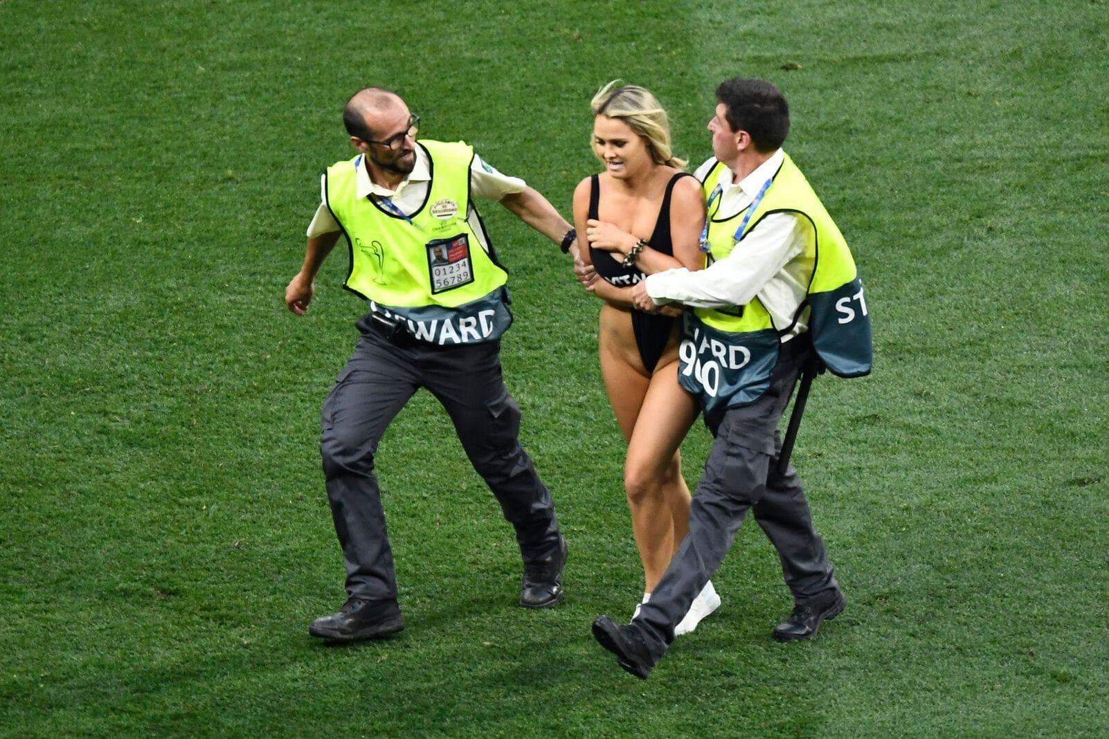 Ordner brachten die Blondine vom Platz. Foto: AFP/Oscar del Pozo