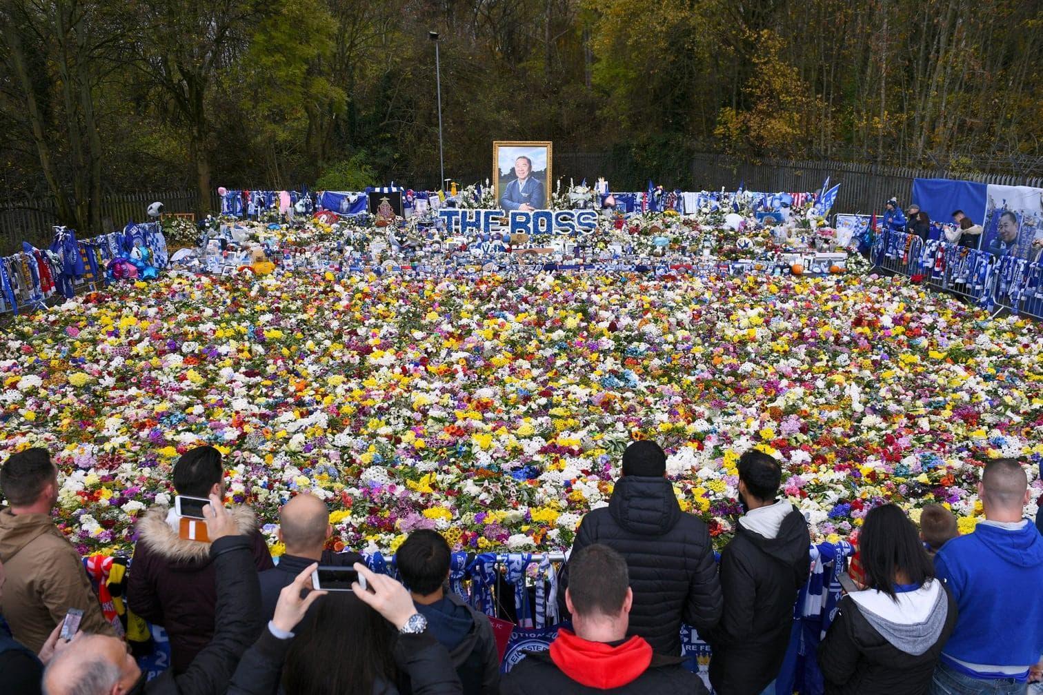<p>Zwei Wochen nach dem Hubschrauberabsturz nahe dem Stadion gedachten Fans
