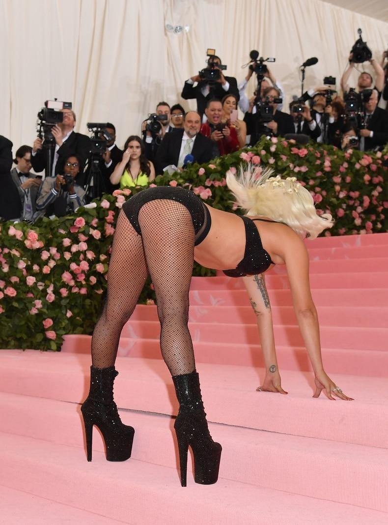 <p>Lady Gaga wirkt bereits etwas erschrocken.</p> Foto: AFP/Angela Weiss
