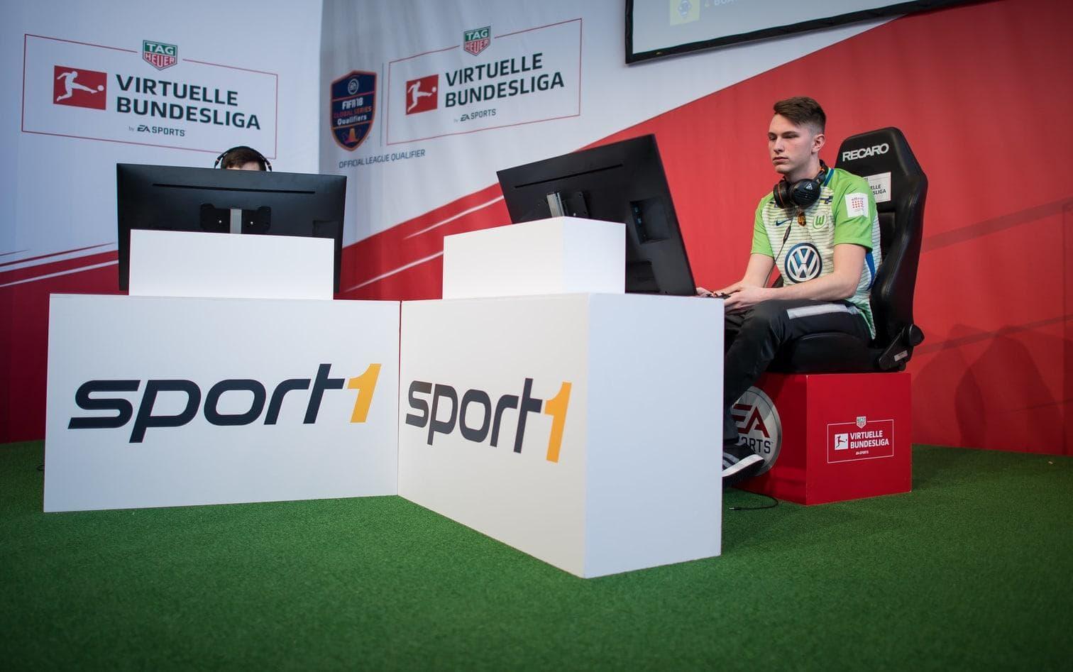 <p>Der VfL Wolfsburg bezahlt neben Timo noch zwei Gaming-Profis - sowie Manager und Betreuer. Außerdem fördert der Verein drei Nachwuchsspieler