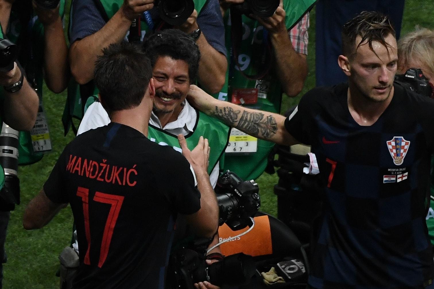 <p>Kroatien steht im WM-Finale! Das 2:1 von Mario Mandzukic im Halbfinale gegen England den ersten Finaleinzug der Geschichte des Landes. Es folgte der Jubel des Jahres. Mittendrin: ein Fotograf.</p> Foto: AFP