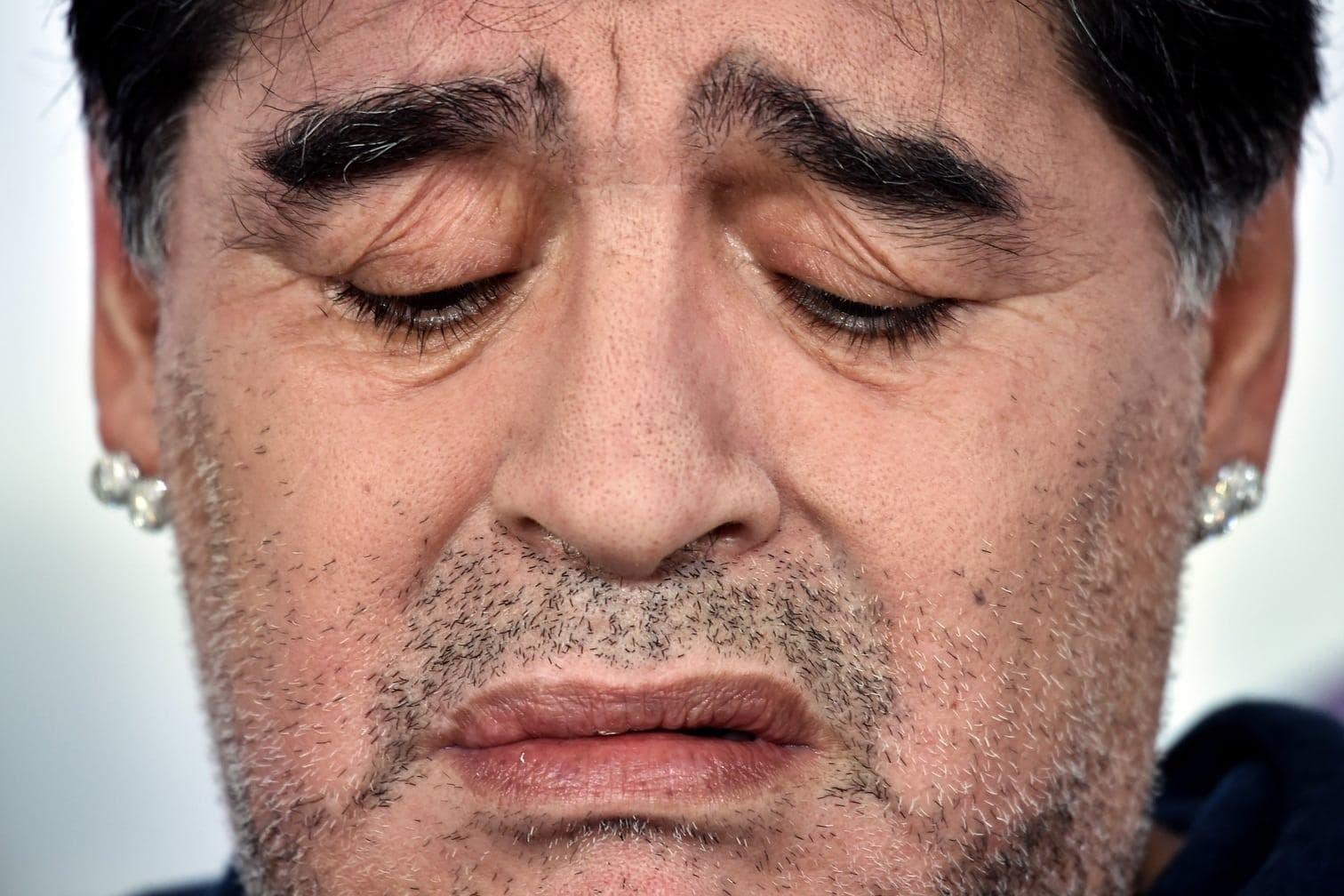 <p>Auf der Pressekonferenz plötzlich ein anderes Bild. Ist Maradona etwa traurig?</p> Foto: AFP