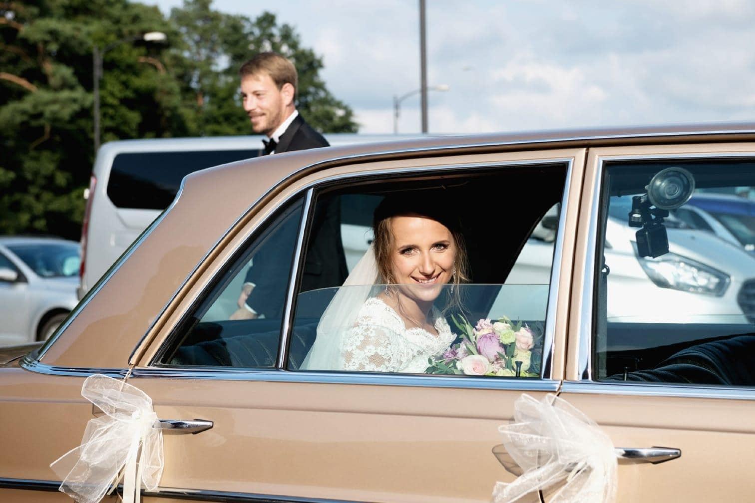 <p>Nach der Trauung warteten Familie und Freunde vor der Kirche auf das frisch vermählte Paar.</p> Foto: MG RTL D / flashed by micky