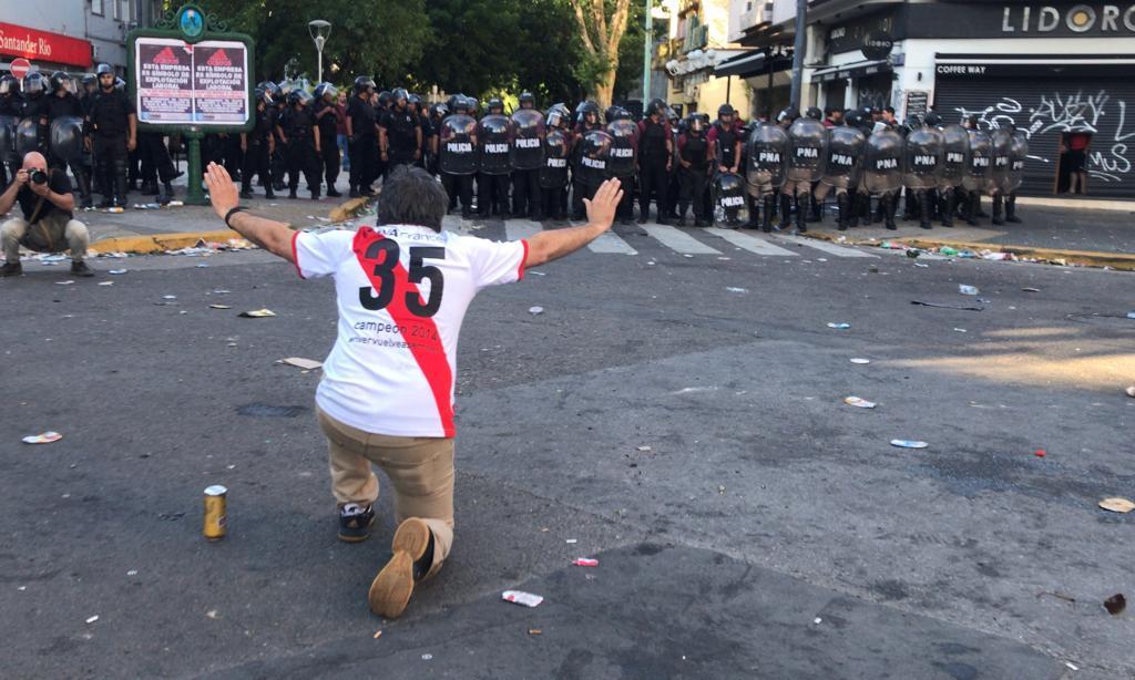 <p>Mehrere Profis der Boca Juniors erlitten Schnittwunden und Atembeschwerden