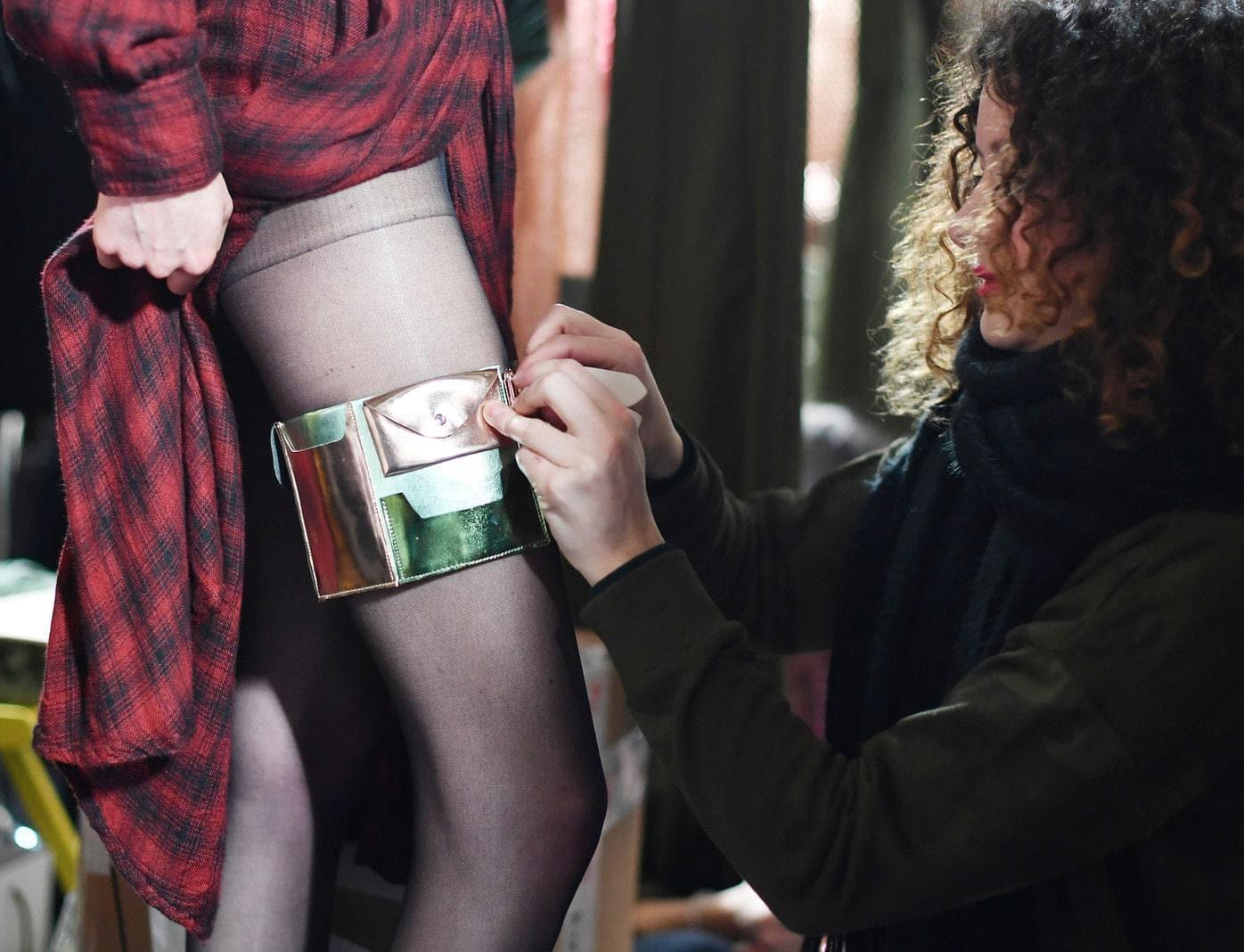 Kunststoff-Accessoires und glühende Hitze: Auf der Berliner Modewoche haben Labels wie Riani und Marina Hoermanseder bei hochsommerlichen Temperaturen ihre neuen Kollektionen präsentiert.</p> Foto: dpa