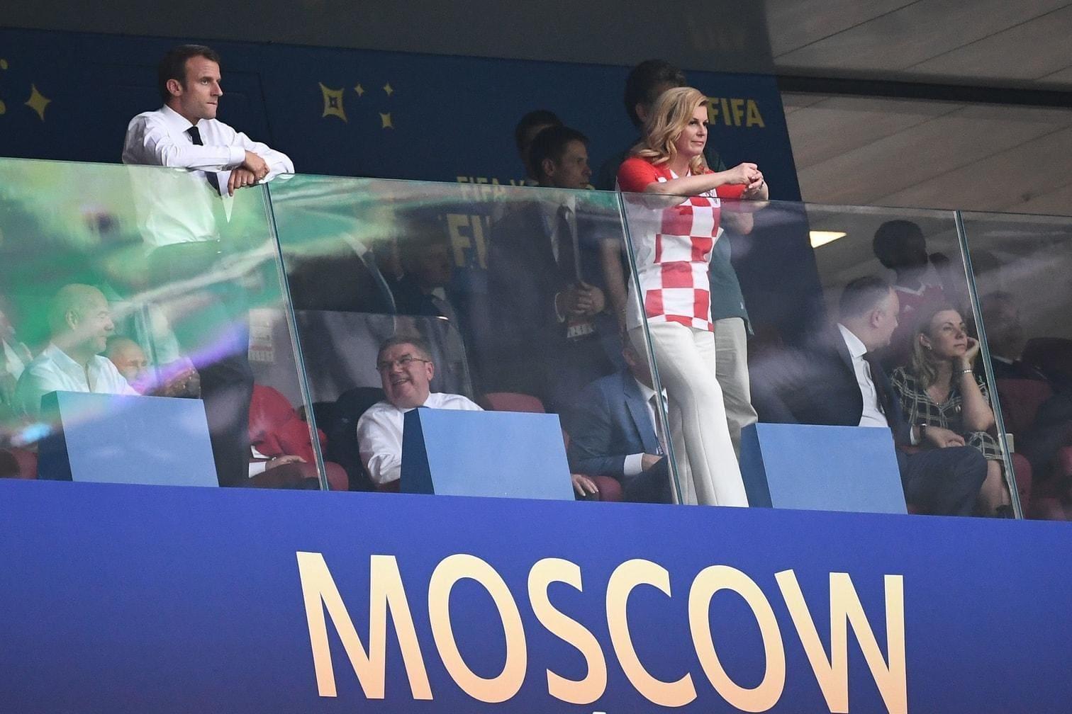 freundschaftlich und mitunter leidenschaftlich tröstete die erste weibliche Präsidentin ihres Landes die Verlierer des Abends gesten- und wortreich. Gekleidet im kroatischen Trikot &ndash; wie schon bei vorangegangenen Spielen &ndash; gibt sie sich als große Verliererin.</p> Foto: AFP