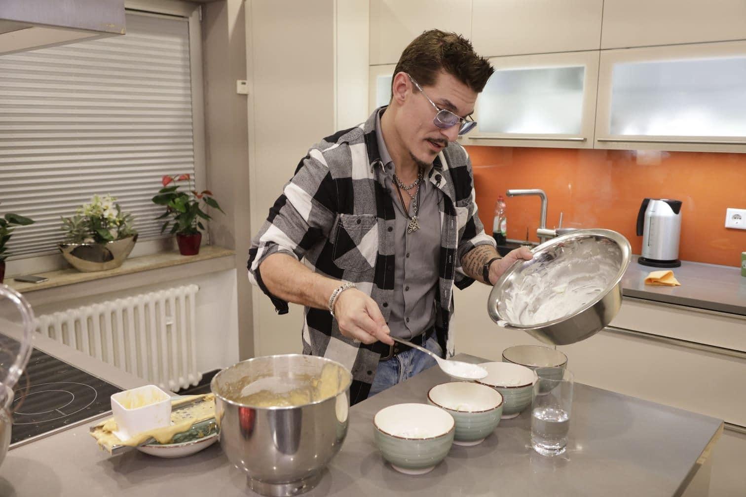 """<p><span class=""""langtext"""">An Tag 4 kocht <strong>Chris Töpperwien</strong>:<br />Vorspeise: Currywurst mit Brötchen<br />Hauptspeise: Ungarischer Landgoulasch mit hausgemachten Butter-Spätzle<br />Nachspeise: Warmer Apfelsteuselkuchen mit Zimtsahne</span></p> Foto: TVNOW/Dirk Born"""