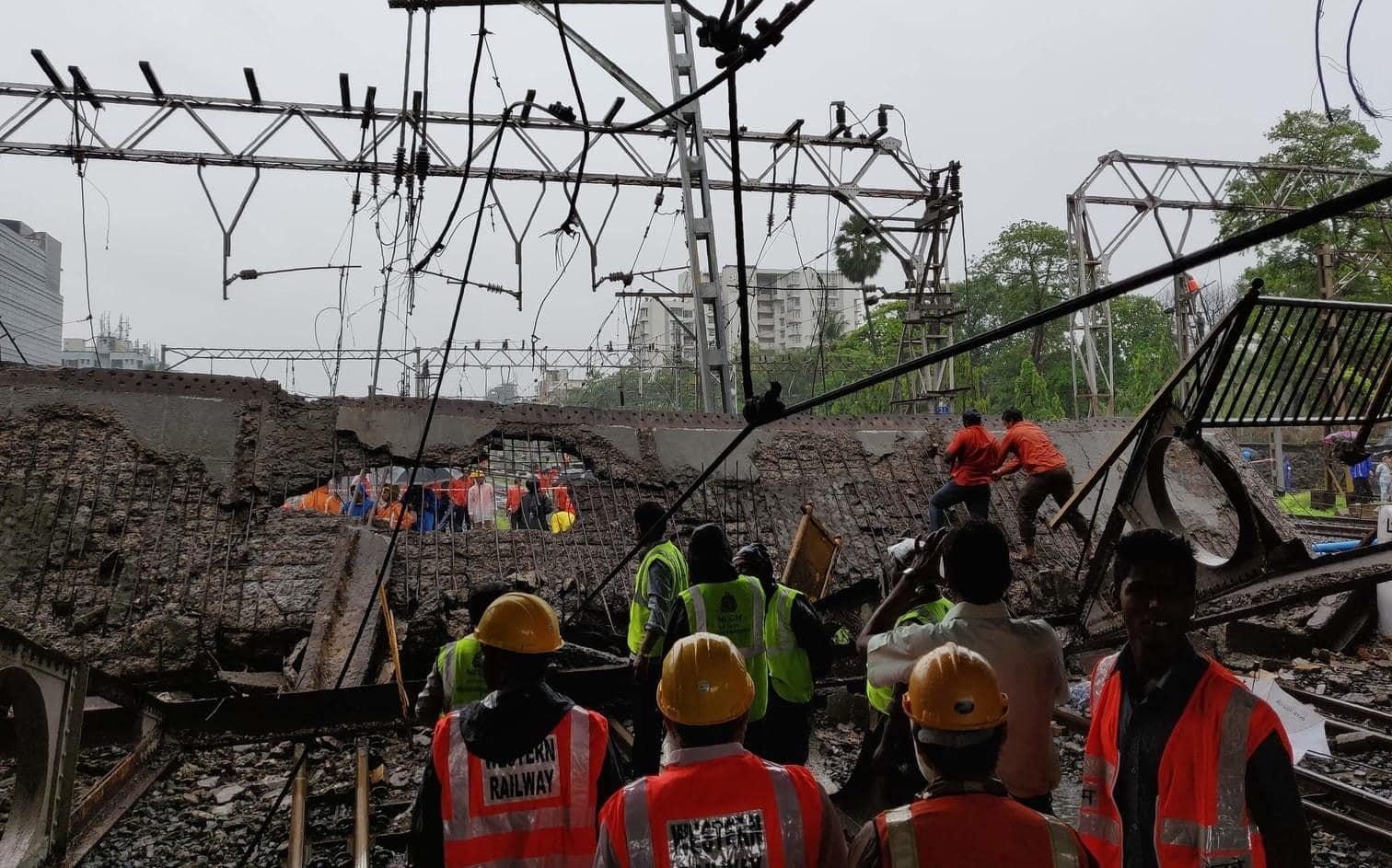 <p>Mindestens zwei Menschen sollen dabei verletzt worden sein.&nbsp;Rettungskräfte seien im Bahnhof Andheri im Einsatz