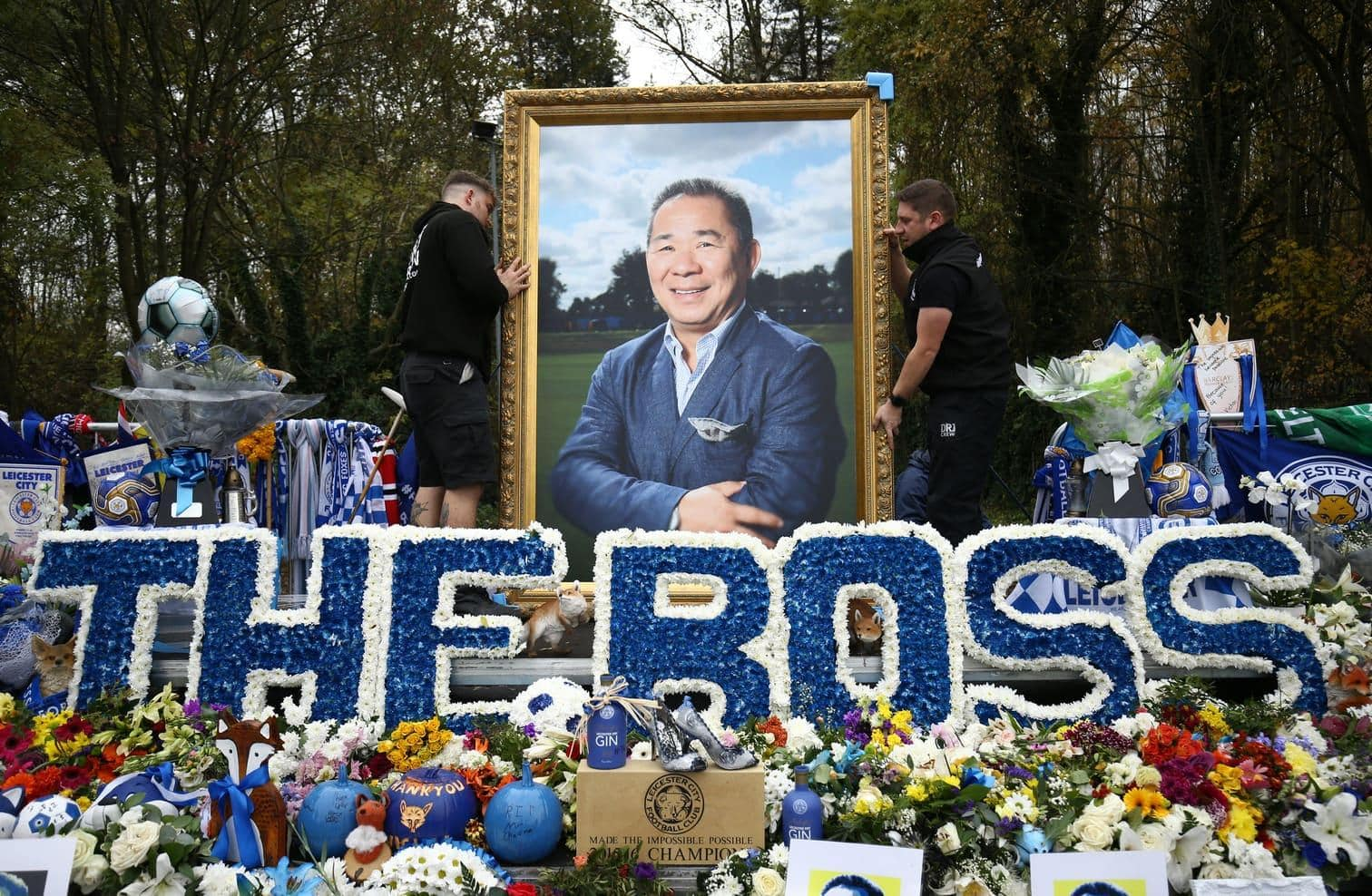 <p>Der englische Fußballverein Leicester City und Tausende Fans haben am Samstag beim ersten Heimspiel nach dem Tod von Klubeigner Vichai Srivaddhanaprabha Abschied von dem thailändischen Milliardär genommen.&nbsp;</p> Foto: dpa/RMV