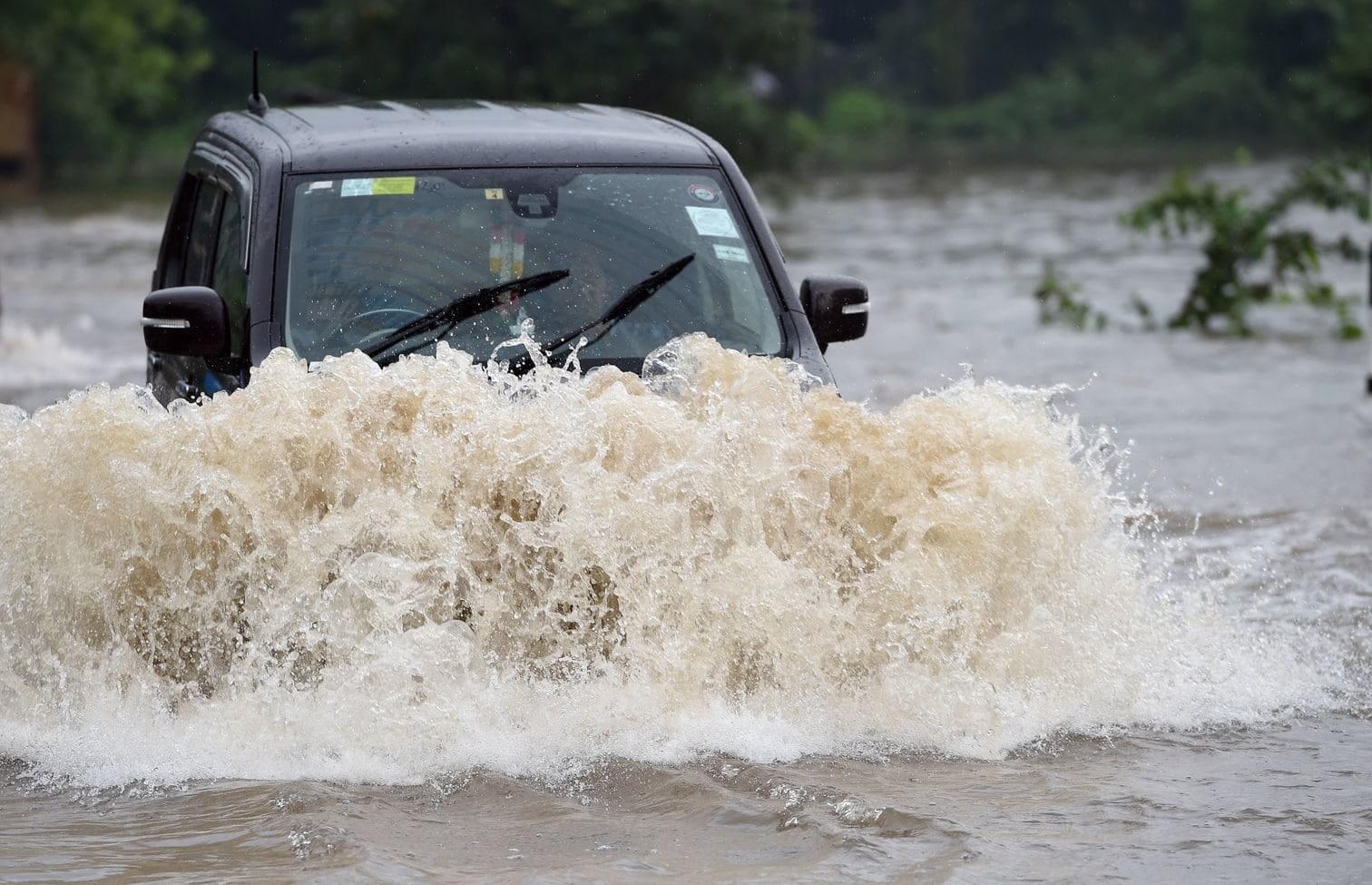 <p>Nach tagelangem Monsunregen in großen Teilen des Inselstaates wurde am Mittwoch im nordwestlichen Bezirk Puttalam ein Angler von einem Blitz getroffen und ein Jugendlicher von den Fluten mitgerissen
