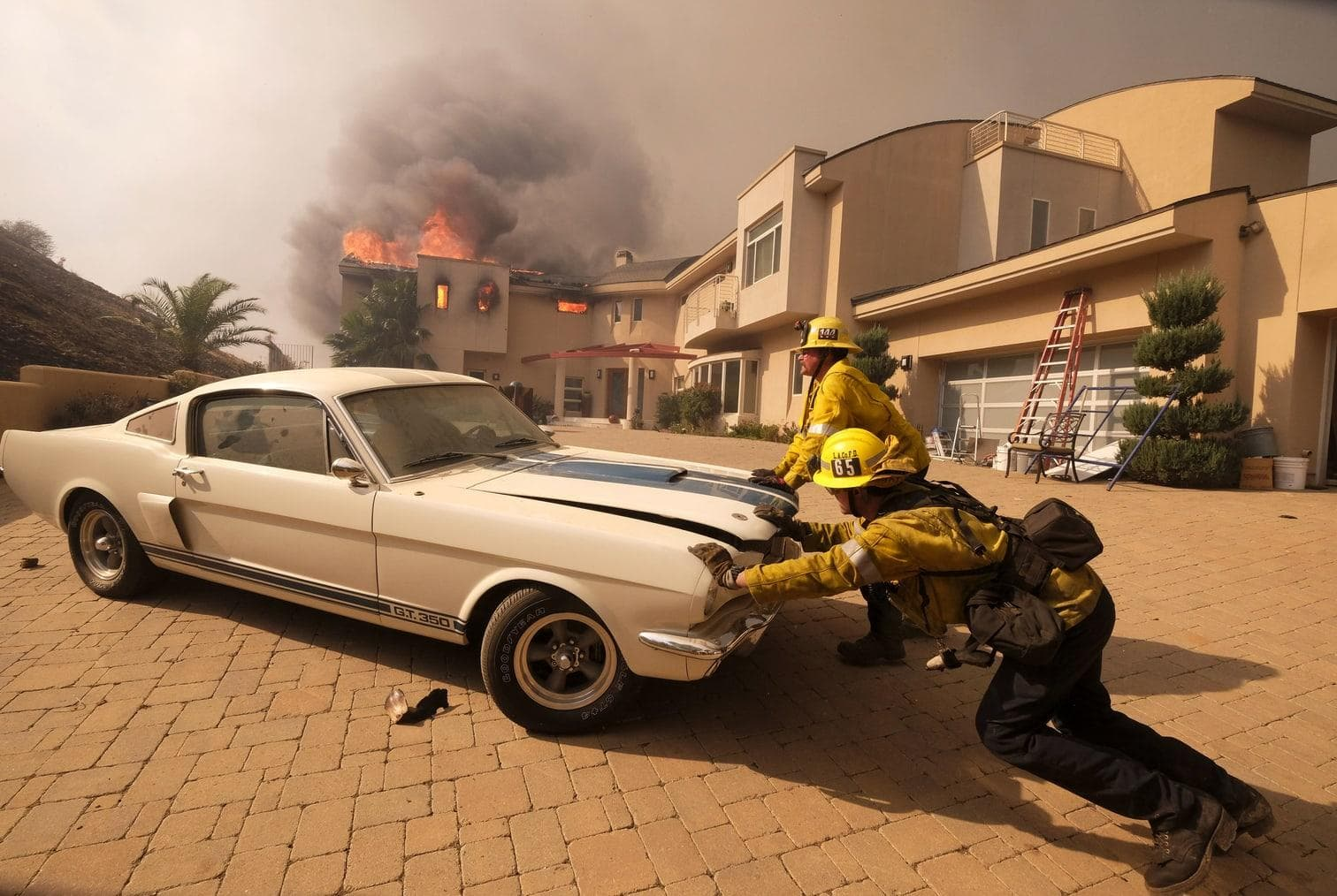 <p>Tausende Feuerwehrleute aus mehreren Bundesstaaten kämpften gegen die Flammen. Mindestens 6700 Gebäude wurden schon zerstört. Viele Menschen müssen in ihren Autos übernachten.</p> Foto: dpa/Ringo H.W. Chiu