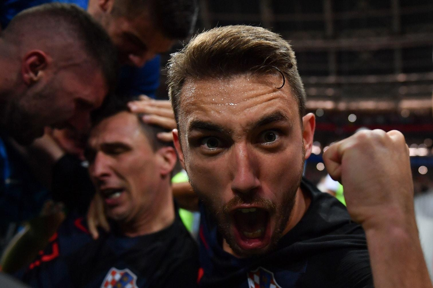 <p>Cortez wahrte auch unter dem Berg der Spieler seine Reflexe als Fotograf und schoss einige Aufnahmen aus nächster Nähe.</p> Foto: AFP