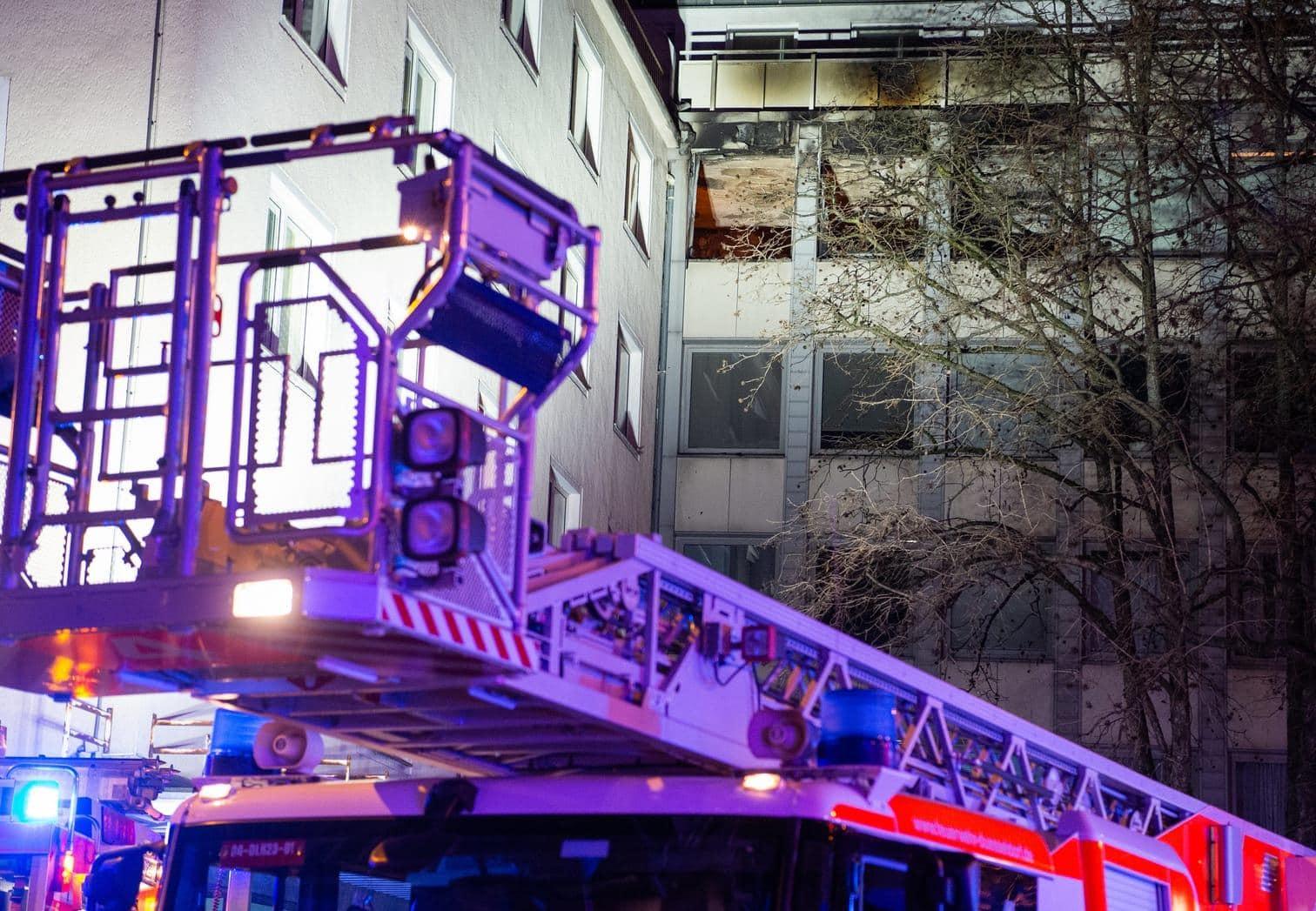 <p>Der Brand war am Samstagnachmittag aus noch ungeklärter Ursache vermutlich im vierten Stock des Gebäudes ausgesprochen
