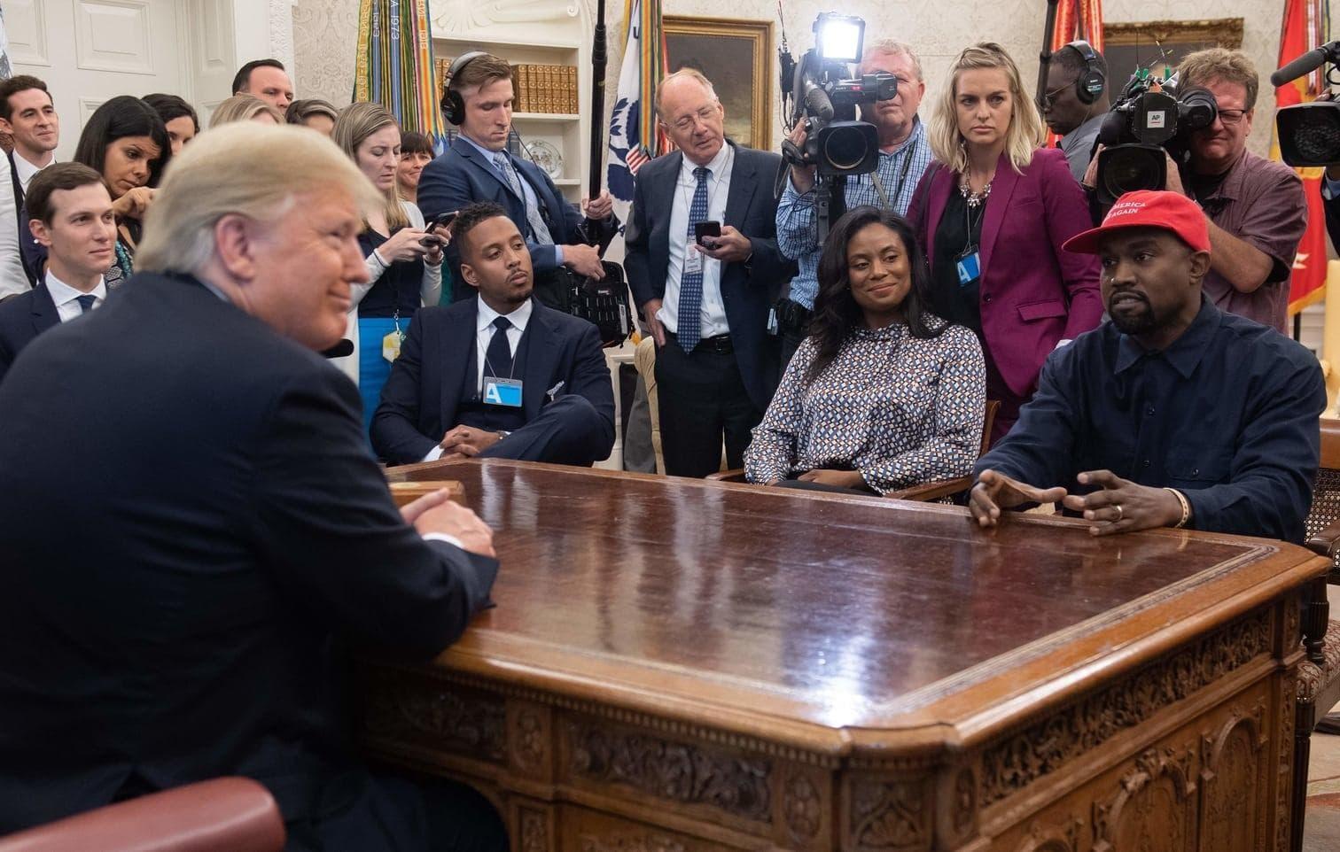 """<p>Während seiner Rede thematisierte West auch seine rote Mütze mit dem weißen Schriftzug """"Make America Great again"""""""