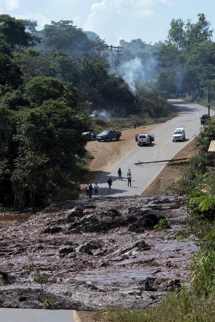<p>Nach einem Dammbruch an einem Rückhaltebecken für Bergbauabfälle ergossen sich Millionen Tonnen Schlamm über die Umgebung des Bergwerks.</p> Foto: dpa