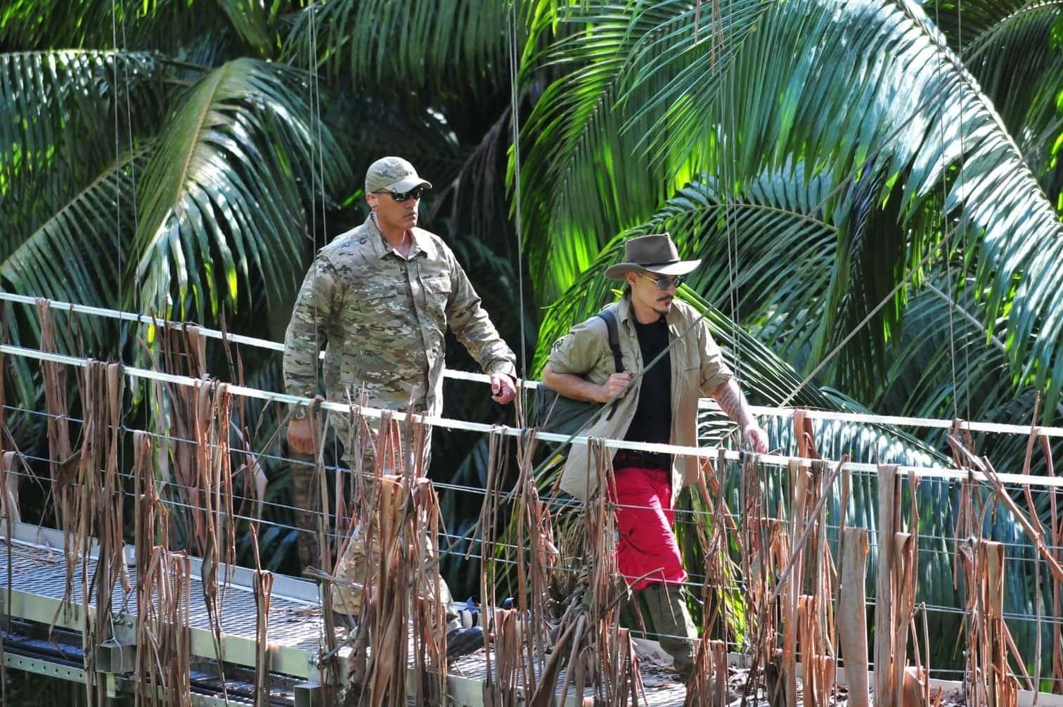 <p>Ein Ranger führt Chris über die Hängebrücke.</p> Foto: TV Now / Stefan Menne