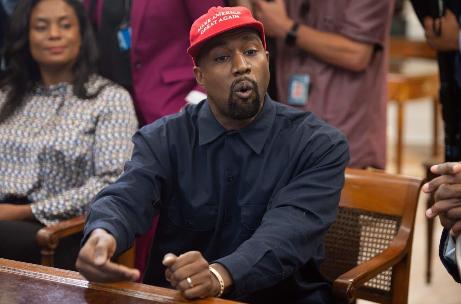 doch in Kanye West scheint Donald Trump einen treuen Fan zu haben. Ein Besuch des Rappers im Weißen Haus gerät zur denkwürdigen Show.</p> Foto: AFP/Saul Loeb