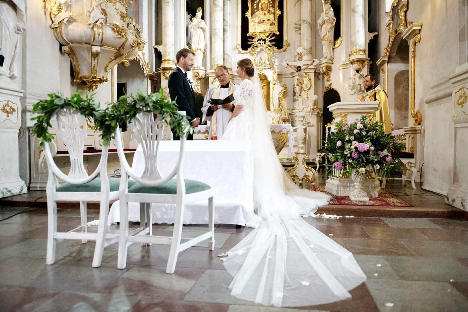 <p>Und Gerald musste in der Kirche warten...</p> Foto: MG RTL D / flashed by micky