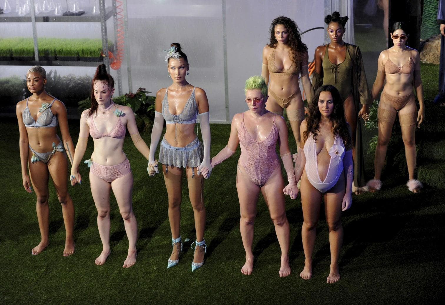 """<p>Mit einer spektakulären Dschungel-Show hat Sängerin und Designerin Rihanna auf der New Yorker Fashion Week die Frühlingskollektion ihrer Unterwäschemarke """"Savage X Fenty&ldquo; präsentiert.&nbsp;</p> Foto: dpa"""