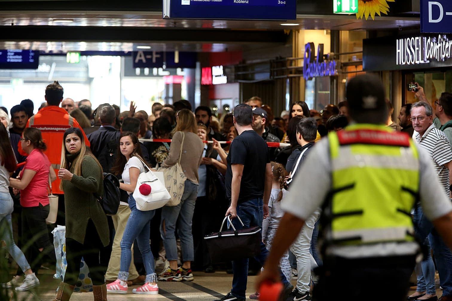 <p>Die Polizei ist am Montagmittag wegen einer Geiselnahme in einer Apotheke zu einem Großeinsatz am Kölner Hauptbahnhof ausgerückt.</p> Foto: dpa/Oliver Berg