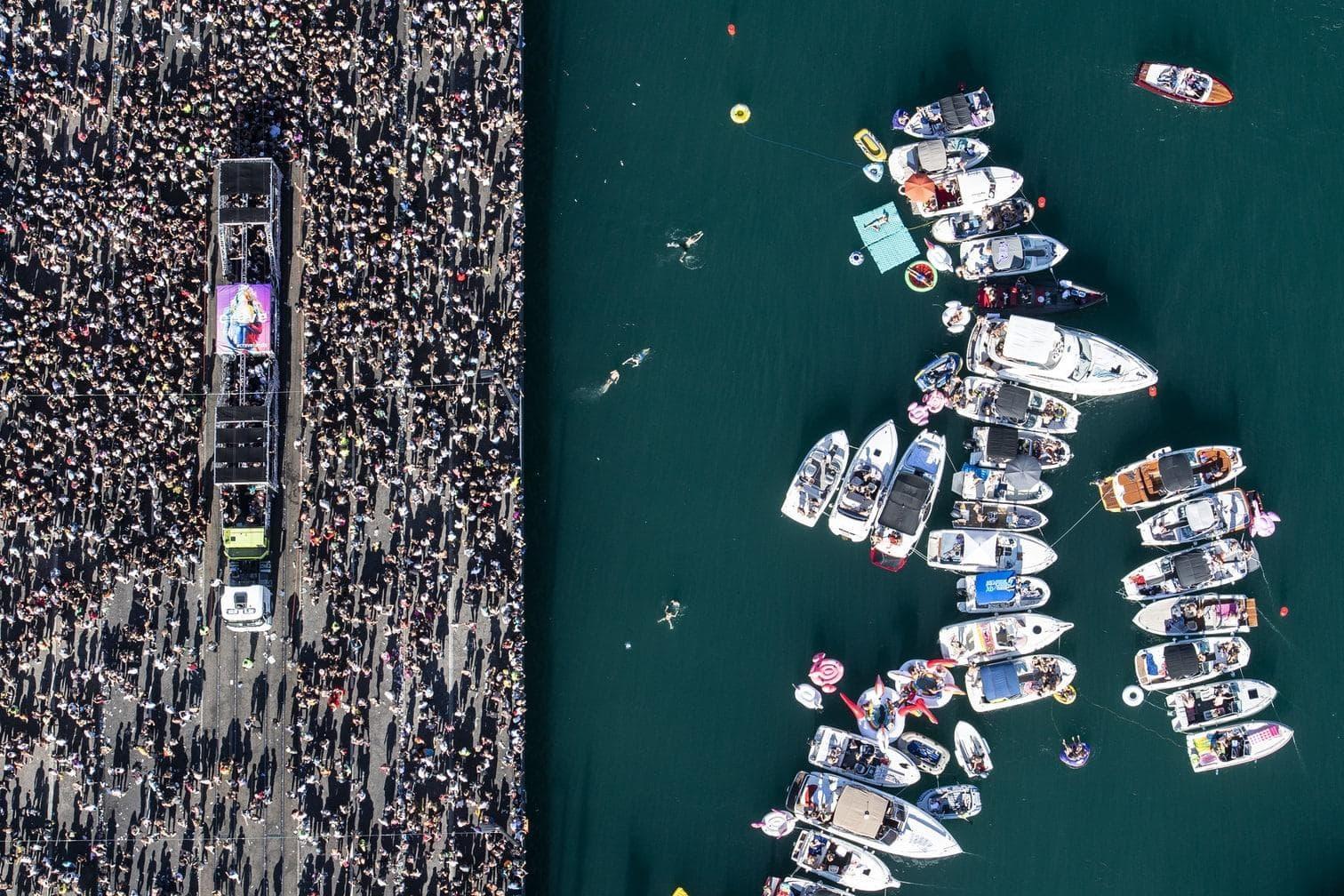 fand auch im Wasser statt. Im Zürichsee genossen Menschen die Beats auf ihren Booten. An Land bauten Rettungskräfte zur Abkühlung eine Sprinkleranlage auf.</p> Foto: dpa