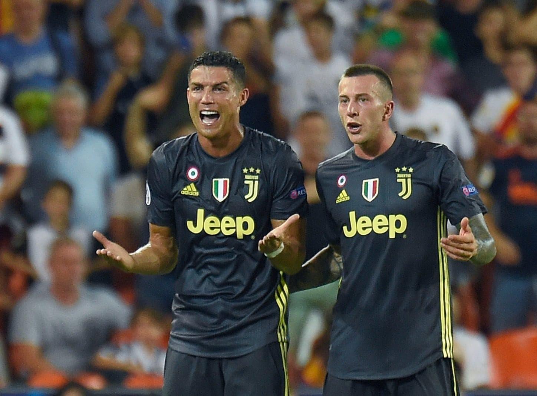 doch dann zog Cristiano Ronaldo mit Tränen in den Augen vom Platz. Der Weltfußballer hat bei seinem ersten Champions-League-Einsatz für Juventus Turin vom deutschen Schiedsrichter Felix Brych die Rote Karte erhalten. Im Spiel beim FC Valencia musste der mehrfache Weltfußballer am Mittwoch nach 29 Minuten wegen einer vermeintlichen Tätlichkeit vom Platz - es ist die erste Rote Karte für Ronaldo in der Champions League. Trotz einstündiger Unterzahl setzte sich Juve mit 2:0 (1:0) durch.</p> Foto: AFP