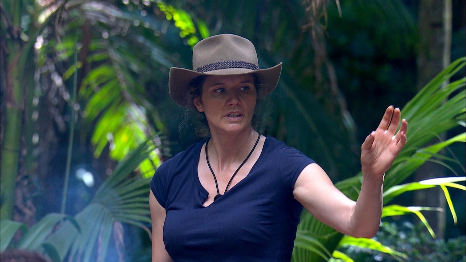 """<p>Ein Ranger kommt und untersucht die Schlange. Evelyn: """"Ich habe richtig Angst. Ich kann hier nicht mehr schlafen."""" </p> Foto: TV Now"""