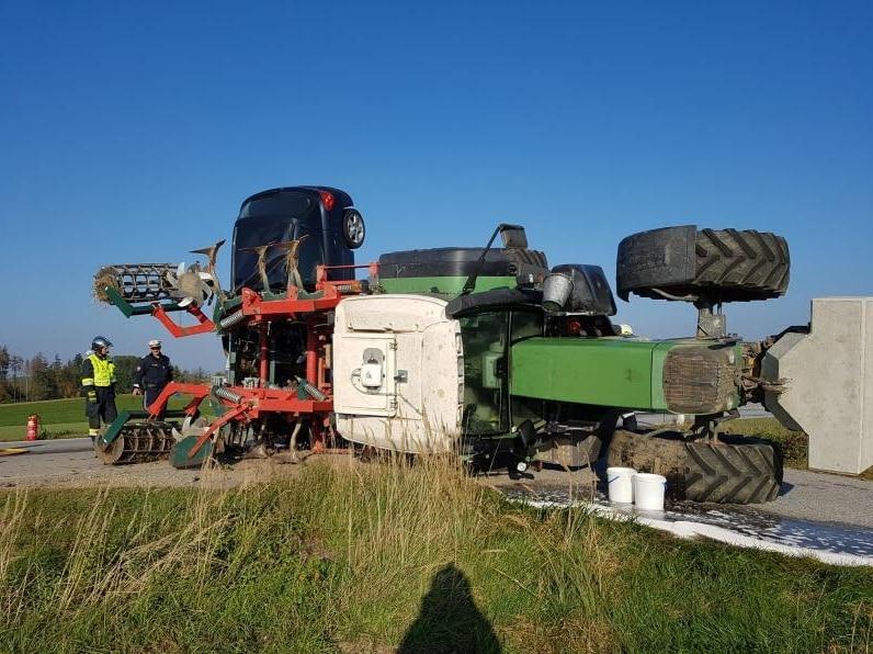 """<p>Unfall in Schwarzenau: Ein Peugeot 207 hing auf dem """"Grubber"""" eines Traktors"""