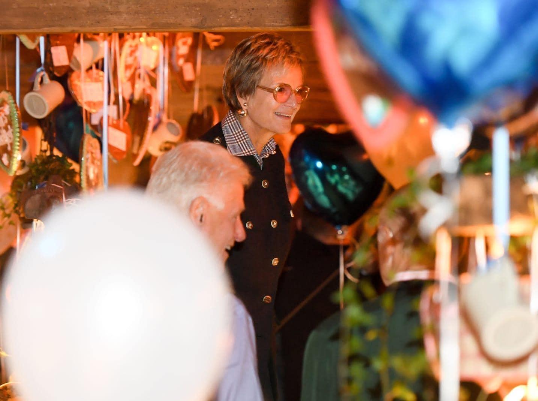 <p>Drinnen wurde dann gewissermaßen fürstlich gefeiert. Bill Clinton trug Lederhosen und saß mit einer Maß Bier in der Hand neben Gloria Fürstin von Thurn und Taxis.</p> Foto: dpa/Tobias Hase