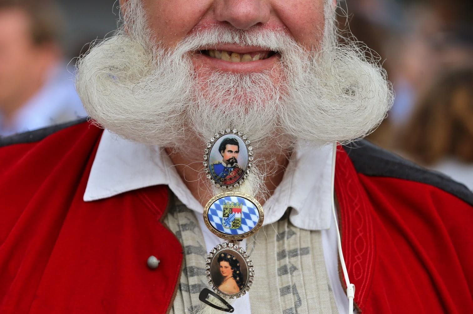 <p>Der Bartschmuck darf natürlich auch nicht fehlen.</p> Foto: dpa