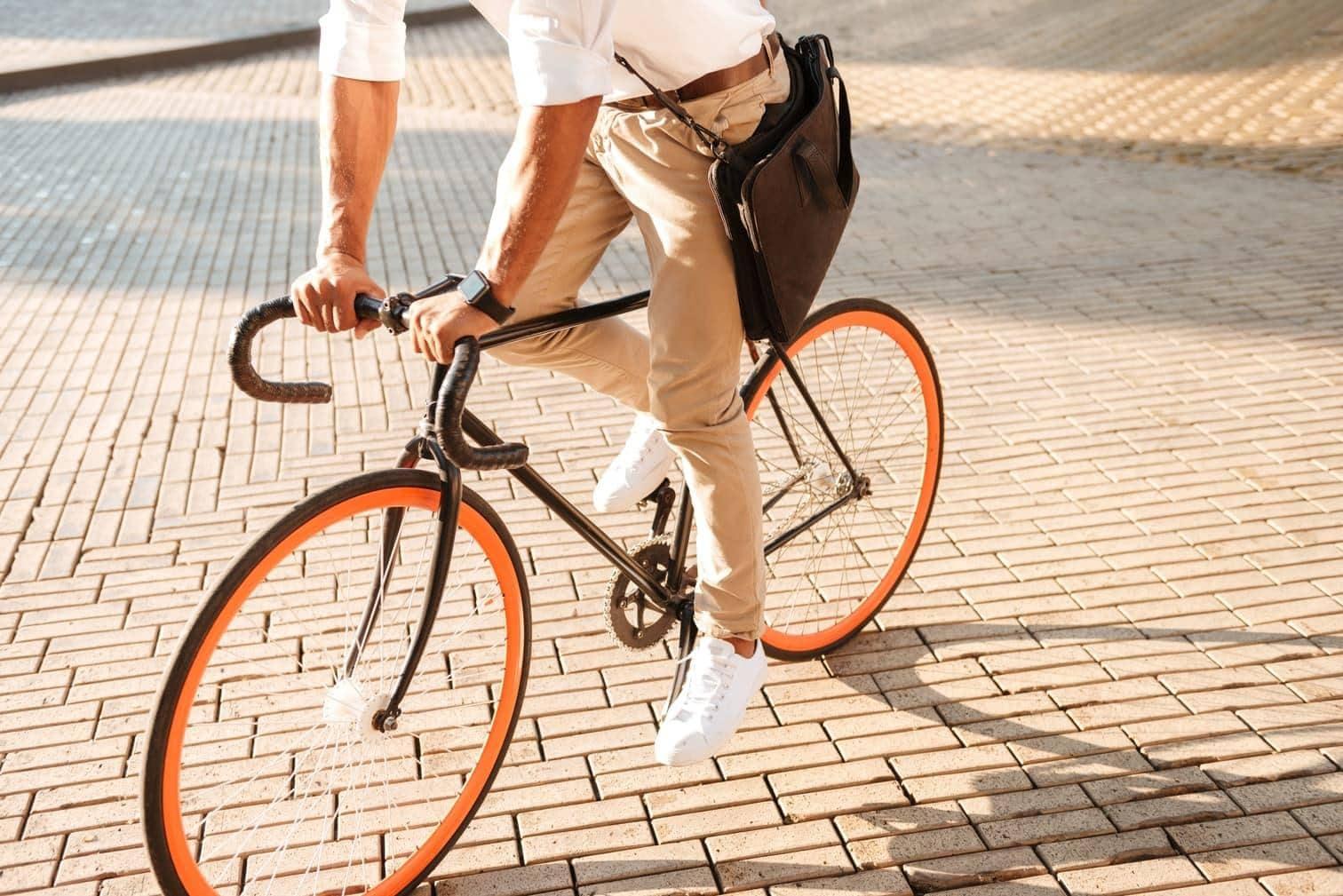 Morgens um 8.15 Uhr: Jugendlicher wirft geklautes Fahrrad nach Mann und beleidigt Polizisten