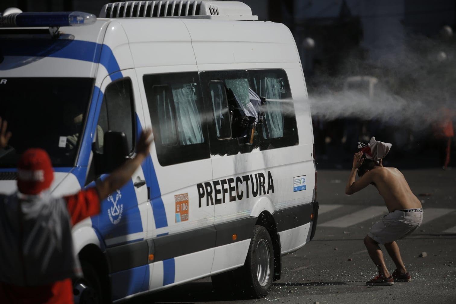 als ihr Bus am Samstag von Fans des Erzrivalen River Plate mit Steinwürfen angegriffen wurde.</p> Foto: Gustavo Garello/dpa