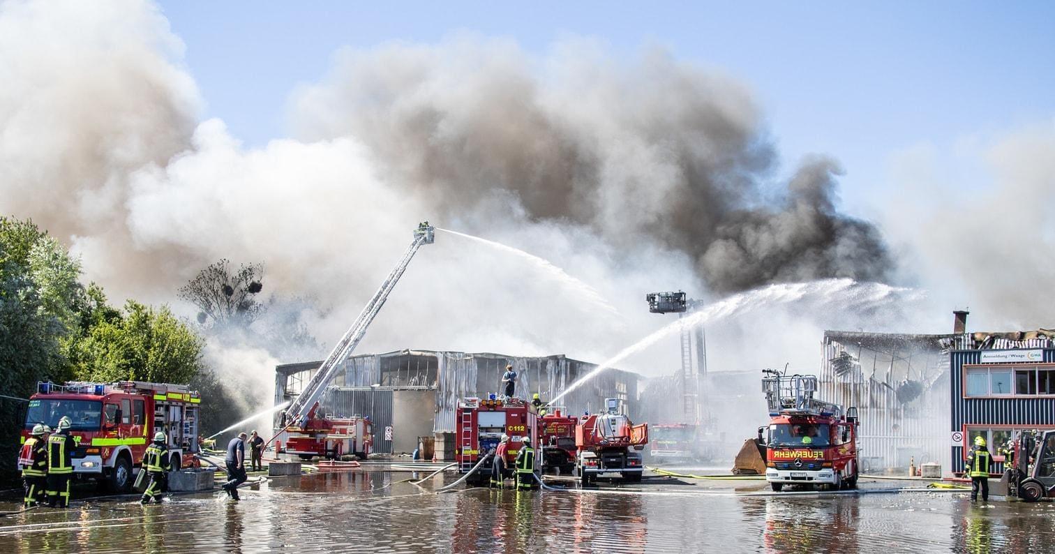 <p>Jeweils gut 200 Einsatzkräfte kämpften am Samstag und Sonntag gegen die Flammen.</p> Foto: dpa