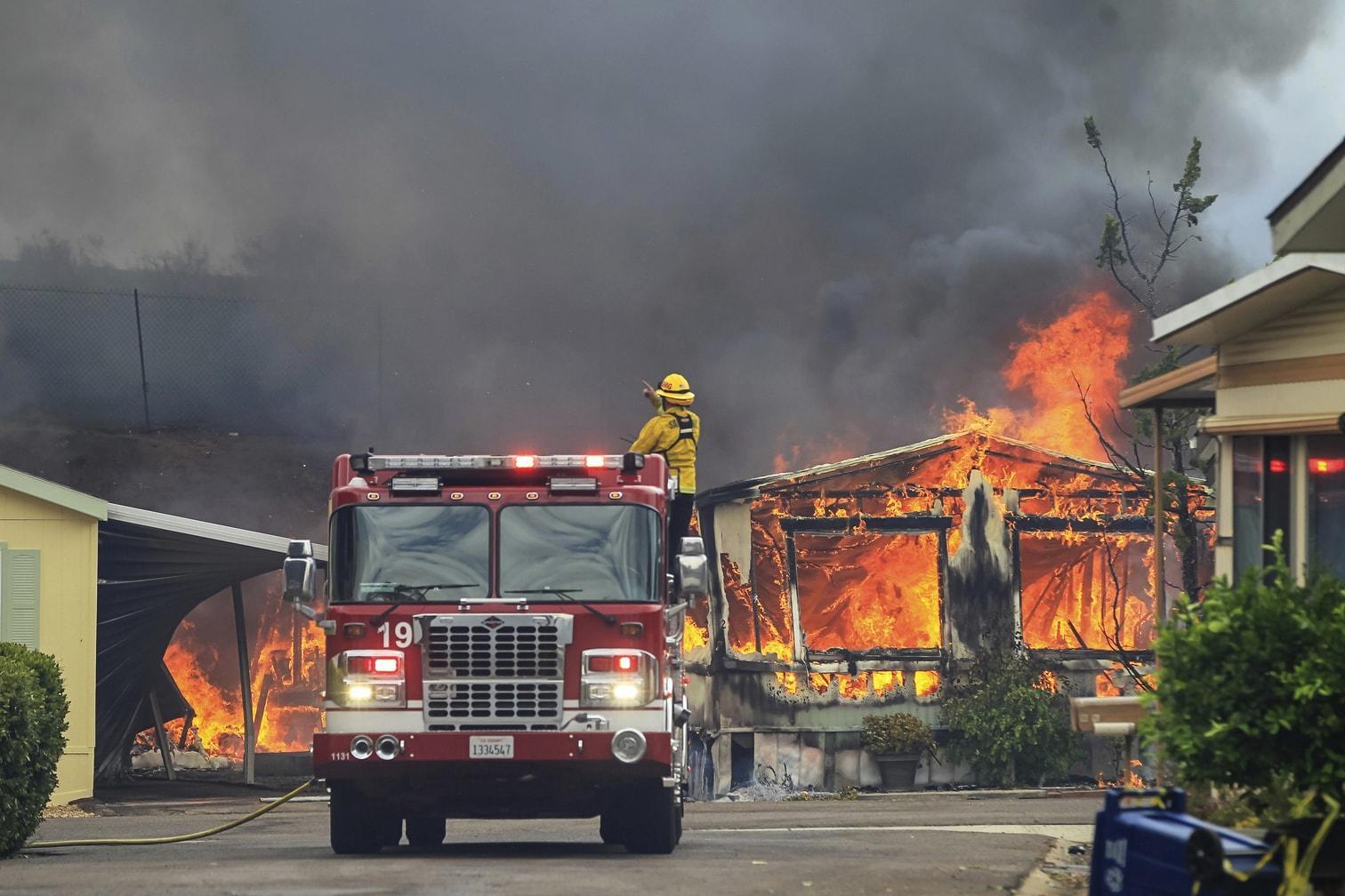 <p>Von San Diego im Süden bis fast zur Grenze von Oregon im Norden: Brände zerstören in Kalifornien viele Quadratkilometer Wald und zahlreiche Gebäude. Das größte Feuer ist zur Hälfte eingedämmt.</p> Foto: dpa