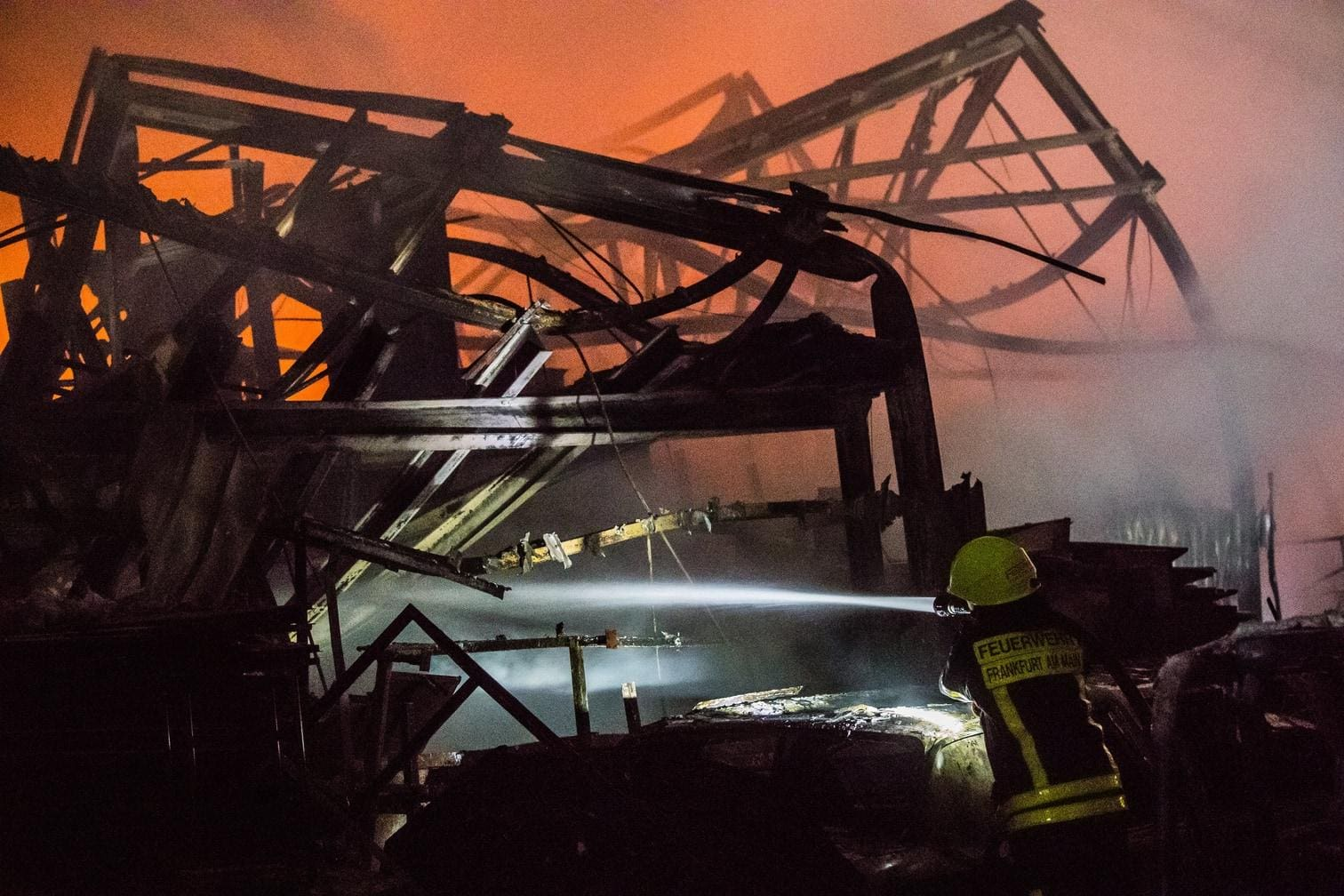 <p>Im Frankfurter Stadtteil Fechenheim brannte in der vergangenen Nacht eine Lagerhalle an der Carl-Benz-Straße fast vollständig nieder. </p> Foto: dpa