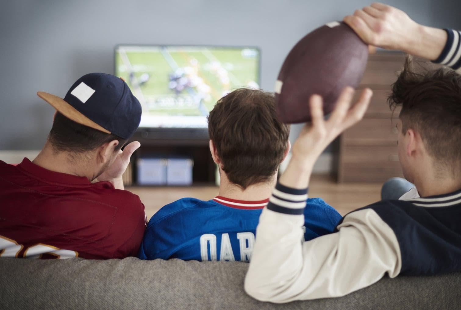 Football auf dem Sofa schauen