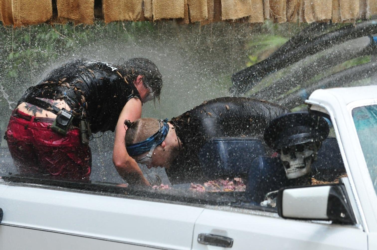 stinkende Tierinnereien und Dschungelschleim sind überall großzügig im Innern des Autos verteilt.</p> Foto: TV NOW / Stefan Menne
