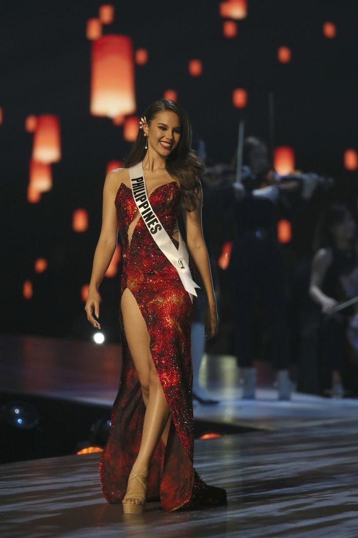 Tamaryn Green aus Südafrika und Catriona Gray (v.l.n.r.) von den Philippinen stehen im Rahmen der Wahl zur Miss Universe 2018 auf der Bühne.</p> Foto: dpa/Germanu Amarasinghe